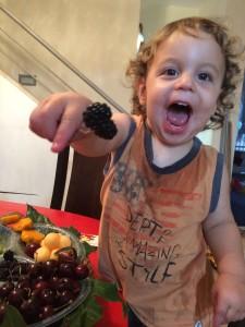 אופק מאכיל אותי מקערת הפירות ששלחו סירס ישראל