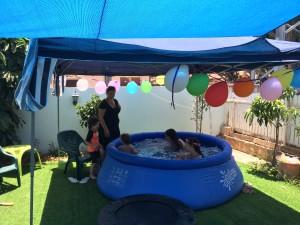 הילדים בבריכה והגזיבו בחצר